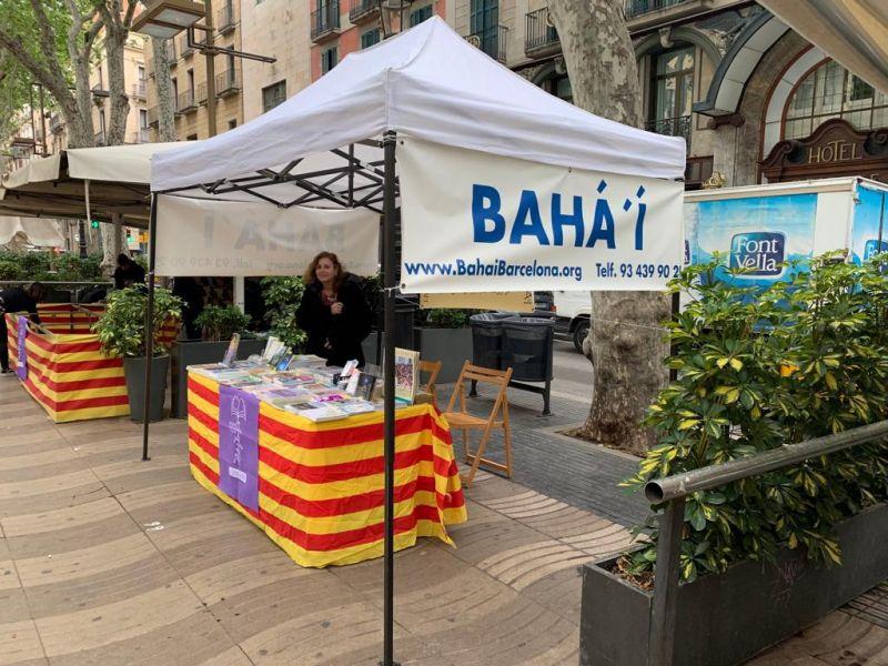 UN AÑO MÁS – Y VAN 31- LA COMUNIDAD BAHÁ'Í DE BARCELONA PARTICIPA EN EL DÍA DEL LIBRO